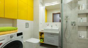 Żółty kolor mebli, który wyraźnie wysuwa się na pierwszy plan w aranżacji łazienki wprowadza domowników w dobry nastój i zapewnia dawkę pozytywnej energii każdego ranka.