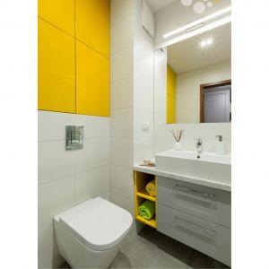 Na pierwszy plan w aranżacji wysuwa się energetyczny, żółty kolor zabudowy. Projekt: Justyna Mojżyk. Fot. Monika Filipiuk-Obałek