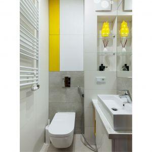 Rodzinna łazienka zaprojektowana została z myślą o wygodzie każdego z domowników. Projekt: Justyna Mojżyk. Fot. Monika Filipiuk-Obałek