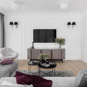 Duże przeszklenia, stonowane kolory i aranżacyjna konsekwencja to główne wyznaczniki projektu wakacyjnego apartamentu w nadmorskim kurorcie. Projekt: JT Grupa. Fot. ayuko studio