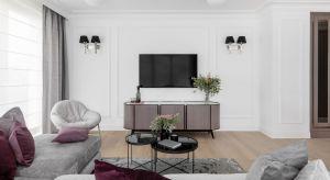 80-metrowy apartament w Sopocie to miejsce na okazjonalny wypoczynek pary z dwójką dzieci. Inwestorzy pragnęliwpadać tu na weekendy, by się zregenerować, pobyć ze sobą i nacieszyć się morzem. Jasne, zdominowane przez biel mieszkanie obejmuje