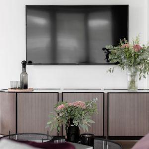 Apartament o metrażu 80 m kw. jest miejscem na okazjonalny wypoczynek małżeństwa z dwójką dzieci. Projekt: JT Grupa. Fot. ayuko studio