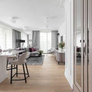 Układ mieszkania poddano modyfikacji – zamkniętą kuchnię otworzono na salon tak, aby powstała obszerna strefa relaksu. Projekt: JT Grupa. Fot. ayuko studio