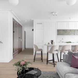 W mieszkaniu znajduje się duży salon z aneksem kuchennym i wyspą, dwie sypialnie oraz dwie łazienki – jedna prywatna przy sypialni rodziców i druga ogólnodostępna. Projekt: JT Grupa. Fot. ayuko studio