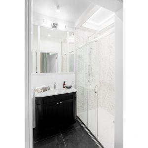 Prywatną łazienkę przy sypialni rodziców urządzono w czarno-białej kolorystyce. Projekt: JT Grupa. Fot. ayuko studio