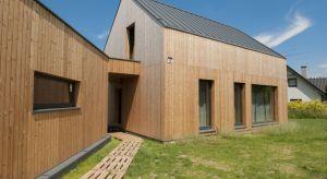 """Drewno nie od dziś cieszy się popularnością jako materiał stosowany do budowy ogrodzeń i elementów małej architektury w przydomowych ogrodach. Za najwyższy poziom """"wtajemniczenia"""" uchodzi wśród miłośników drewna elewacja drewniana. Dlacz"""