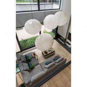 Podziały zacierają się również wewnątrz - zaletą otwartych przestrzeni w domu jest możliwość wspólnego spędzania czasu przez domowników, skupionych na różnych czynnościach. Projekt i zdjęcie: Studio.O.