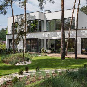 Coraz częściej nasze domy projektowane są zgodnie z ideą stworzenia spójnej, organicznej całości. Taka myśl przyświeca architektom: Adze Kobus i Grzegorzowi Goworkowi - prowadzącym wspólnie pracownię Studio.O. Projekt i zdjęcie: Studio.O.