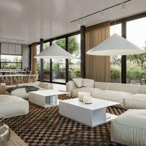 Aga Kobus i Grzegorz Goworek są zwolennikami otwierania domu na ogród. Wyjątkowy efekt uzyskują poprzez planowanie na ścianach wnętrza wielkopowierzchniowych przeszkleń. Projekt i zdjęcie: Studio.O.