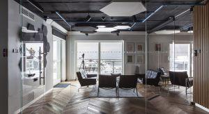 Siedziba spółki Blue Media, lidera innowacji w dziedzinie transakcji płatniczych,imponuje na wskroś współczesną architekturą i designem. Biuro zajmuje trzy najwyższe kondygnacje i poddasze Domu Zdrojowego położonego w prestiżowej lokalizacji