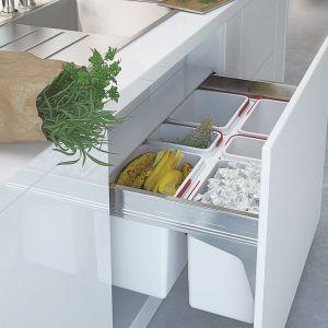 Zamiast pojedynczego wiaderka pod zlewem, warto zdecydować się na system do segregowania odpadów Rejs. Wysuwane zestawy pojemników są łatwo dostępne, co znacząco ułatwia selekcję bez ryzyka pobrudzenia kuchni. Fot. Rejs
