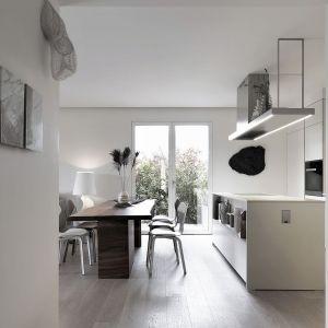 W strefie mieszkalnej wyeliminowano wszelkie podziały. W ten sposób powstała designerska, spójna przestrzeń. Projekt: Matteo Nunziati. Fot. mat. prasowe Forestile