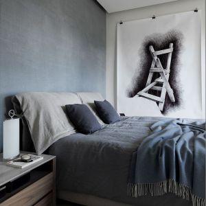 Główna ściana za łóżkiem została ręcznie pomalowana, tak, aby odtworzyć efekt lnianej tkaniny produkowanej przez Oikos. Projekt: Matteo Nunziati. Fot. mat. prasowe Forestile