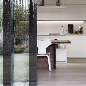 Wnętrza są harmonijne i ascetyczne, dzięki czemu wchodzą w dialog z przepięknym ogrodem przepuszczającym do mieszkania światło słoneczne. Projekt: Matteo Nunziati. Fot. mat. prasowe Forestile
