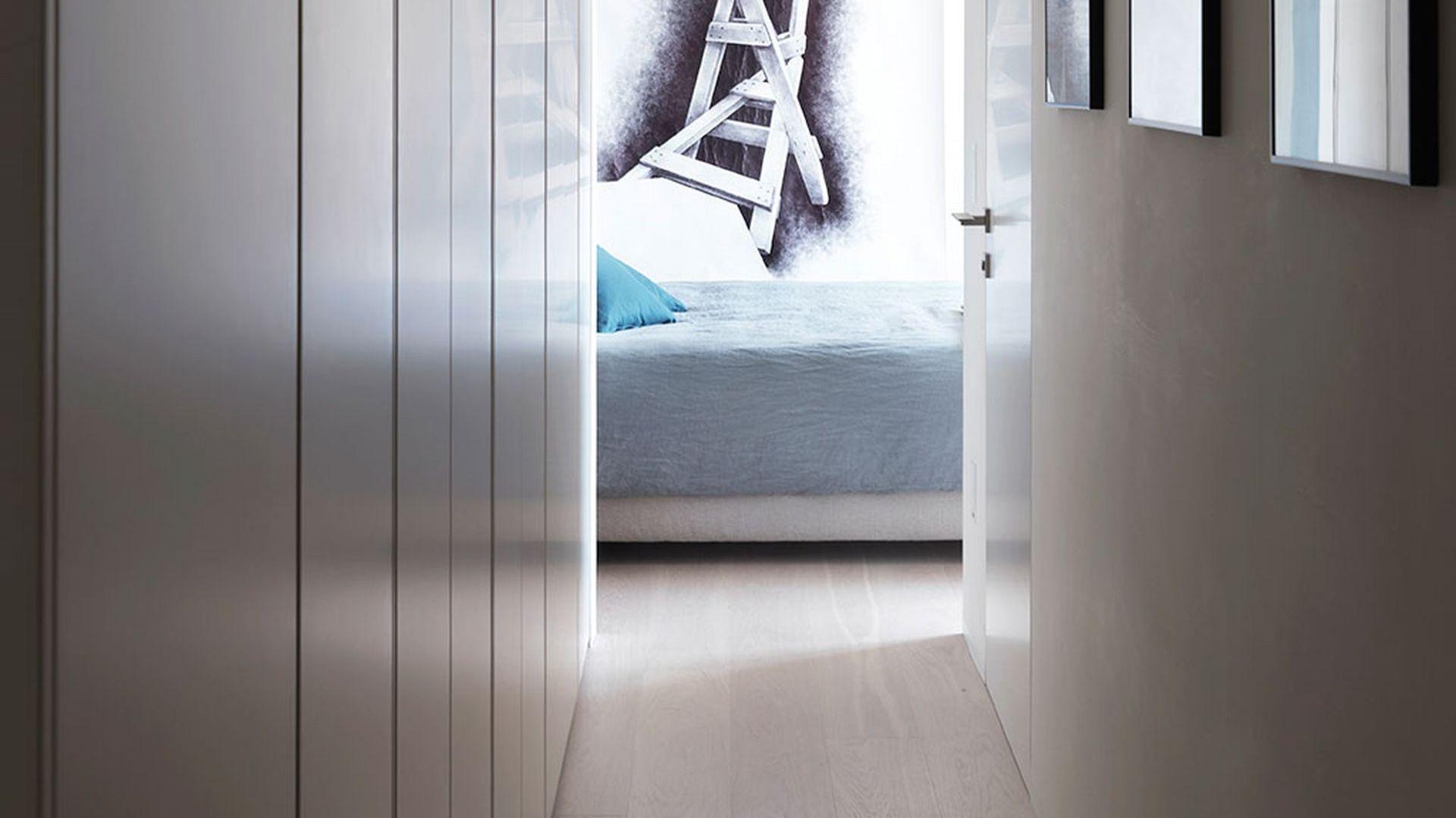 Do sypialni prowadzi długi korytarz, który okalają duże, wygodne szafy wnękowe. Projekt: Matteo Nunziati. Fot. mat. prasowe Forestile