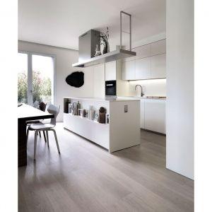 W kuchni dominuje lakierowane drewno w kolorze kremowym. Wyspa to świetna baza do prezentacji ozdobnych dodatków i wazonów. Projekt: Matteo Nunziati. Fot. mat. prasowe Forestile