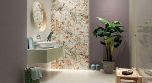 Kolorowe ptaki, polne kwiaty i słońce połyskujące w płytkach to propozycja dla tych, którzy w łazience szukają wytchnienia od codziennego zgiełku.