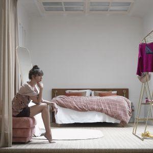 Lekki i romantyczny styl w sypialni zapewnią nowoczesne tekstylia: narzuta Nude w kolorze brudnego różu. Fot. HK Living