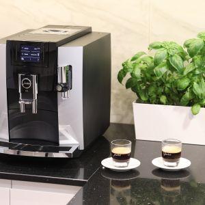 Nowoczesna kuchnia: ekspres do kawy firmy Jura. Projekt wnętrza: Katarzyna Mikulska-Sękalska. Fot. Bartosz Jarosz