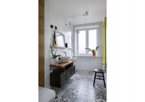 Kolor żółty pojawia się także w łazience – w tej barwie jest tam specjalnie zaprojektowany dekoracyjny grzejnik. Projekt: MADAMA. Fot. Yassen Hristov