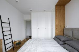 Dwie pojemne szafy zrobione na zamówienie sprawdziły się w roli garderoby i swobodnie pomieściły wszystkie rzeczy lokatorów. Projekt: MADAMA. Fot. Yassen Hristov
