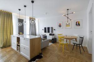 Mieszkanie w przedwojennej kamienicy na warszawskim Żoliborzu może pochwalić się bogatą historią. 58-metrowa przestrzeń jest dziś zaaranżowana tak, by odpowiadać potrzebom nowych mieszkańców. Projekt: MADAMA. Fot. Yassen Hristov