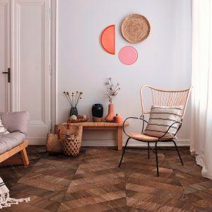 Podłoga dębowa z Imperi Collection by Lareco w kolorze Terra. Idealnie wpisuje się nurt modern Art Deco, inspirowany latami XX-tymi ubiegłego wieku, zaskakuje ekstrawaganckim układem drewna oraz niezwykle szlachetnym wykończeniem powierzchni. Dostępna w ofercie firmy Lareco. Fot. Lareco