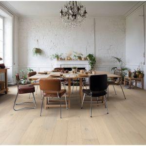 Podłoga drewniana z kolekcji Palazzo o wzorze zamrożony dąb. Wykończenie lakierowane, ekstramatowe. We wszystkich wzorach zastosowano delikatny rowek w kształcie litery V na dłuższej krawędzi każdej deski. Dostępna w ofercie firmy Quick-Step. Fot. Quick-Step