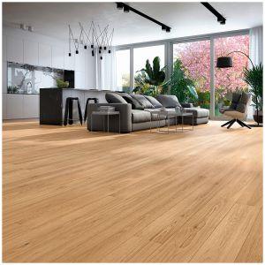 Trójwarstwowa podłoga Dąb Classic o łagodnej selekcji, jednolitej barwie, urozmaicona drobnymi sękami nawiązującymi kolorystyką do naturalnego dębu. Szczotkowana i uszlachetniona lakierem matowym. Dostępna we wzorze długiej deski 1-rzędowej. Dostępna w ofercie firmy Baltic Wood. Fot. Baltic Wood