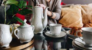 """Wakacje, wyjazdy i zwiedzanie nowych miejsc to wspaniałe przeżycia, jednak każdy wie, że… w domu najlepiej! Nic nie zastąpi rodzinnych poranków, śniadań przygotowywanych """"na szybko"""" i ciepłej herbaty w ulubionej filiżance."""