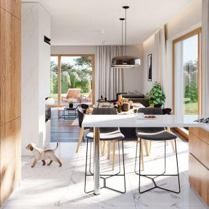 Z salonu mamy dwa duże okna - z jadalni na ogród, oraz przesuwne drzwi balkonowe - na taras i piękny podcień. Dom Parterowy 4. Projekt: arch. Michał Gąsiorowski. Fot. MG Projekt