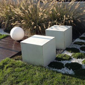 Wybierając materiały na ścieżki ogrodowe należy kierować się wygodą, estetyką i funkcjonalnością. Całość aranżacji przestrzeni przydomowej, by uzyskać efekt harmonijnie zaplanowanego otoczenia. Projekt ogrodu: Dominika Błaszczyk. Fot. Dominika Błaszczyk