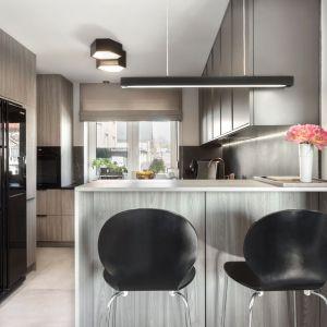 Wysoki barek odgradza kuchnię od jadalni i salonu. Projekt: Katarzyna Maciejewska. Fot. Anna Laskowska