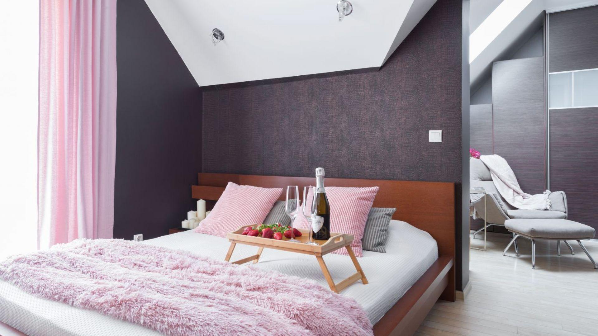 W sypialni odnajdziemy ciemne, stonowane kolory. Projekt: Katarzyna Maciejewska. Fot. Anna Laskowska