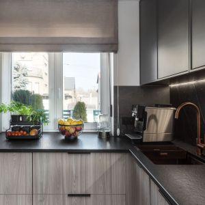 W kuchni obowiązują ciemne kolory i matowe wykończenia. Projekt: Katarzyna Maciejewska. Fot. Anna Laskowska