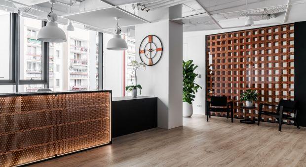 Pustaki, cegła i dachówka ceramiczna w aranżacji biura - zobacz projekt The Design Group