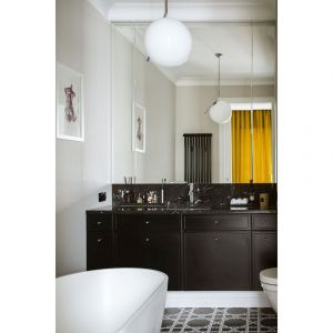 Przedłużeniem sypialni gospodarzy jest prywatna łazienka, dla zachowania równowagi trochę w męskim stylu. Projekt: Katarzyna Arsenowicz. Fot. Yassen Hristov (Hompics)