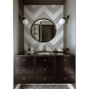 W łazience dla gości dominuje czerń, a właściwie wyrafinowany antracyt, któremu dyskretnie towarzyszą białe akcenty. Projekt: Katarzyna Arsenowicz. Fot. Yassen Hristov (Hompics)