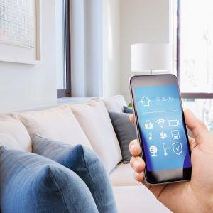 Dom inteligentny nie tylko umożliwia wykonanie wielu czynności w jednym momencie, ale również pozwala na zarządzanie urządzeniami z każdego miejsca na świecie. Fot. Getty images