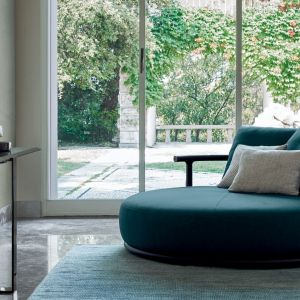 Okrągła sofa z kolekcja Icaro (proj. Robert Lazzeroni) z przestronnym siedziskiem. Fot. Flexform