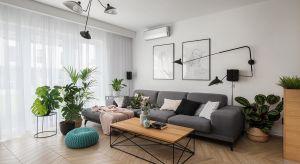 Salon apartamentu we Wrocławiu podporządkowano jednej myśli – stworzyć przyjazne miejsce codziennego relaksu. O charakterze tego wnętrza decyduje obszerna sofa.