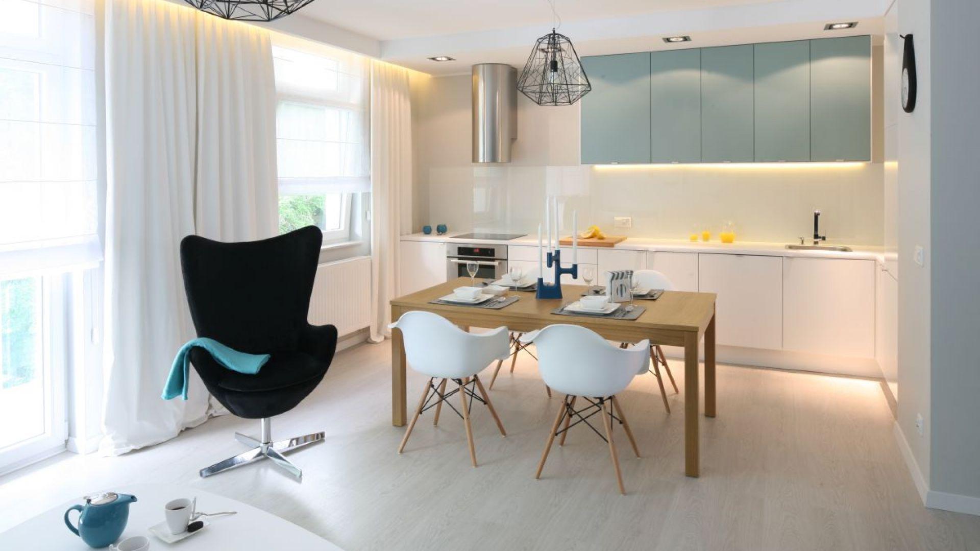 Salon z kuchnią i jadalnią. 30 pięknych wnętrz polskich domów. Projekt: Anna Maria Sokołowska. Fot. Bartosz Jarosz
