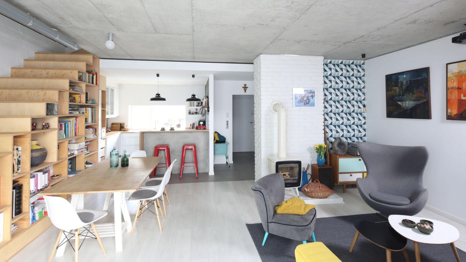 Salon z kuchnią i jadalnią. 30 pięknych wnętrz polskich domów. Projekt: Małgorzata Przybyła, Dawid Czyż. Fot. Bartosz Jarosz
