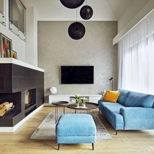 Na parterze 170-metrowego domu pod Kielcami powstał duży salon z otwartą kuchnią, łazienka, sypialnia gospodarzy i pokoje dzieci. Projekt: Kaza Interior Design. Fot. Dekorian Home