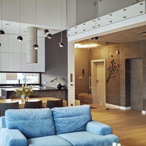 Metraż domu jest na tyle duży, żeby czteroosobowa rodzina mogła być razem, a równocześnie nie wchodzić sobie w drogę i rozwijać swoje zainteresowania. Projekt: Kaza Interior Design. Fot. Dekorian Home