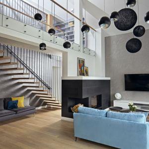 Tynkiem dekoracyjnym pokryto też sufit w korytarzu. Projekt: Kaza Interior Design. Fot. Dekorian Home