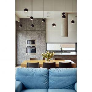 Jednorodzinny dom na kameralnym osiedlu okazał się wymarzonym gniazdkiem dla małżeństwa z dwójką dzieci. Projekt: Kaza Interior Design. Fot. Dekorian Home