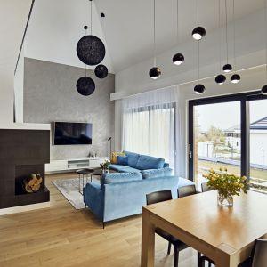 Wykończona tynkiem strukturalnym ściana z telewizorem to główna dekoracja przestrzeni dziennej. Projekt: Kaza Interior Design. Fot. Dekorian Home