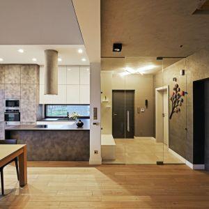 Pan domu lubi gotować – w salonie właściciele często podejmują więc gości. Projekt: Kaza Interior Design. Fot. Dekorian Home