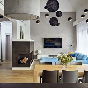 Ściana z telewizorem przyciąga spojrzenia niejednolitą fakturą i efektownymi cieniowaniami. Projekt: Kaza Interior Design. Fot. Dekorian Home
